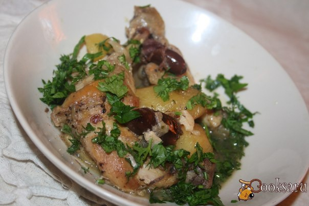 Курица с картофелем и... финиками Чудесное пикантное блюдо – курица нежная, картофель разваристый, сладковатый привкус фиников – очень вкусно и ароматно!
