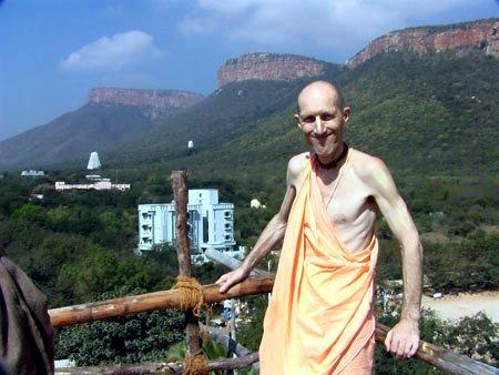 ВОПРОС: В Бхагавад-гите Кришна говорит, что в момент смерти человек должен сосредоточиться на форме Господа и повторять Харе Кришна.