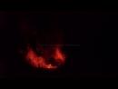 Огромные лавовые бомбы вылетают из кратера вулкана Анак Кракатау ночью