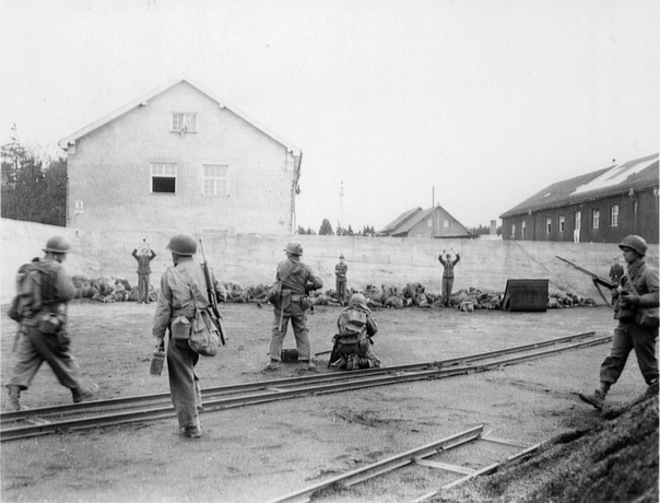 Солдаты 157-го американского пехотного полка расстреливают СС-овцев из охраны немецкого концлагеря Дахау