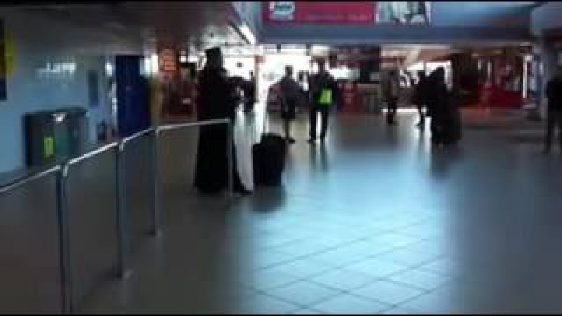 Un calugar care injura in aeroportul din Otopeni