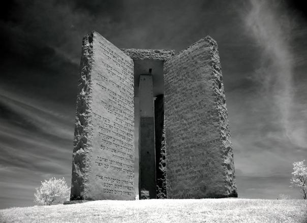 Каменные скрижали Джорджии Эта история началась в 1979 году, когда американской фирме «Elberton Granite Finishing Company» поступил необычный заказ от человека, представившегося как Роберт К.