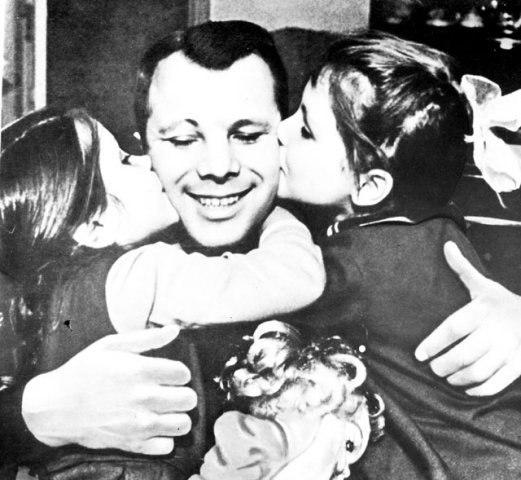 Юрий Гагарин и дочки