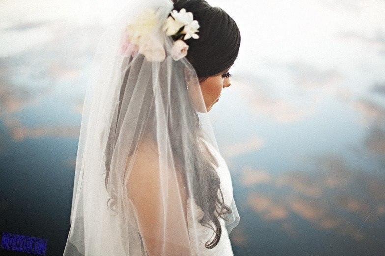 Девушки в свадебном платье с фатой
