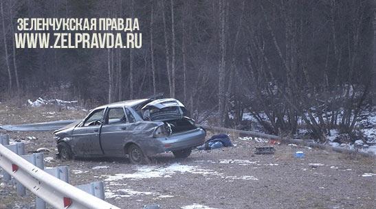 Недалеко от поселка Архыз автомобиль столкнулся с дорожным ограждением
