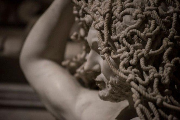 История скульптуры. Человек, опутанный сетью лжи и пороков. Существуют разные способы почтить память родителей. Неаполитанец Раймондо де Сангро, седьмой князь Сан-Северо, к примеру, заказал