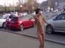 Мега РЖАЧЬ! ГОЛАЯ ДЕВУШКА Обкурилась и гуляет по улицам без одежды Выкрикивая какая она тупая