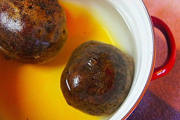 салат из свеклы с сельдереем что нужно: свёкла 3 шт.соус соевый 100 млуксус бальзамический 30 млсельдерей 150 гкедровые орехи 40 гмед 30 голивковое масло 12 ст. л.что делать: * смешайте мед,