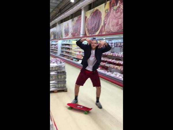 Почему FIEF в пиджаке в магните и флексит на скейте
