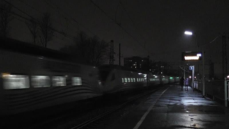 Сдвоенный скоростной поезд Аллегро сообщением Хельсинки-Санкт-Петербург проезжает мимо станции Ланская