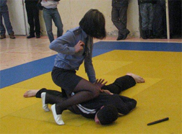 В Северодонецке полиция учит девушек осовам самообороны