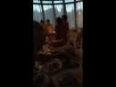 Мамы помогают молодым зажечь свечу очага