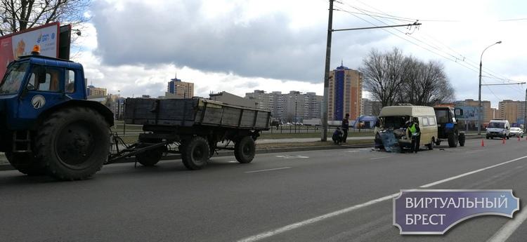 Микроавтобус врезался в прицеп трактора на подъёме на мост 28-го Июля в Бресте