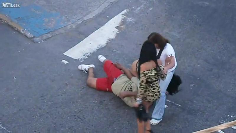 Проститутки бьют сутенера