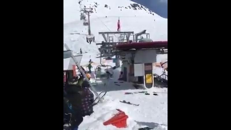 На горнолыжном курорте Гудаури в Грузии сломался подъёмник и получилась адская карусель.