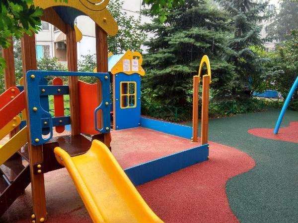 Детскую площадку привели в порядок на Фестивальной улице
