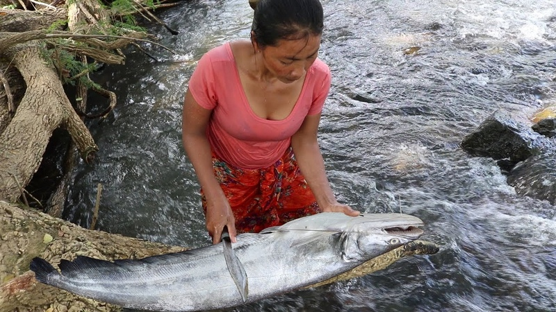 Survival skills Catch big fish in river Grilled for food Cooking big fish eating delicious