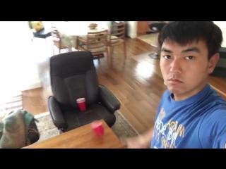 Равнодушный парень демонстрирует впечатляющие трюки со стаканами