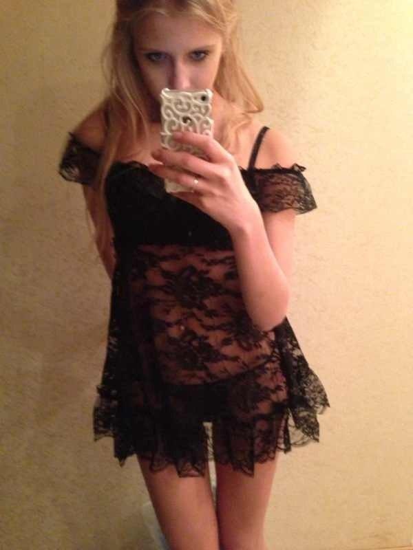 девушка в черном белье