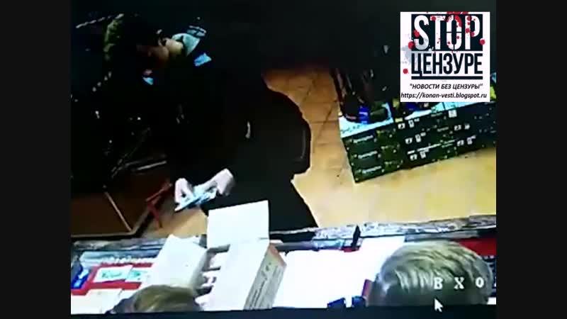 Керченский террорист Владислав Росляков покупает патроны в оружейном магазине.