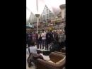 الأمن في مطار هولندا منعوا مصلين من الصلاة ولكن الناس احتجوا على الأمن وطلبوا من المصلين أن يكملوا صلاتهم.....واصبح الناس حراسا