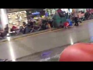 001_уборщики-узбеки играются перед певцом пророком сан боем на ж-д вокзале в москве.
