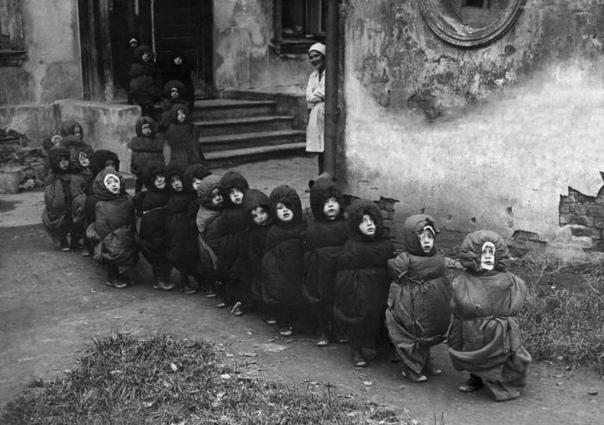 Дети в спальных мешках идут спать днем, СССР, 1930е.