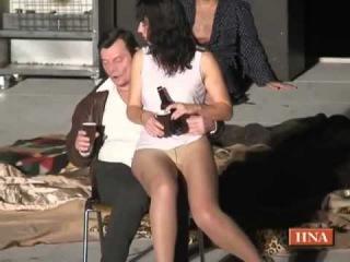 Мужик трахает бабу на сцене театра
