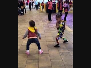 Дочка Кристины Асмус и Гарика Харламова танцует  с подружкой