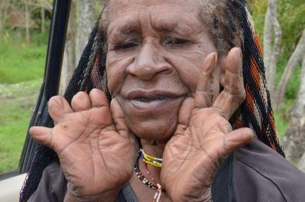 Отрезанные пальцы и копченые трупы: как проходят похороны в племени Дани