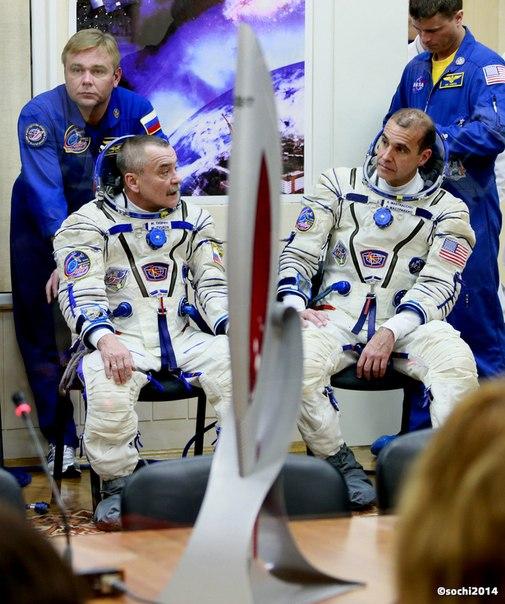 Примерно через полчаса состоится историческое событие -  факел #Сочи2014 вынесут в открытый космос! Не пропустите прямую трансляцию с МКС:  #ЭстафетаОгня