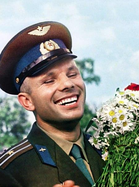 12 апреля 1961 года человек впервые полетел в космос. Первооткрывателем и героем мирового масштаба стал советский лётчик-космонавт Юрий Гагарин.