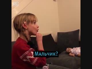 Маленькая глухая девочка узнала о том, что станет старшей сестрой