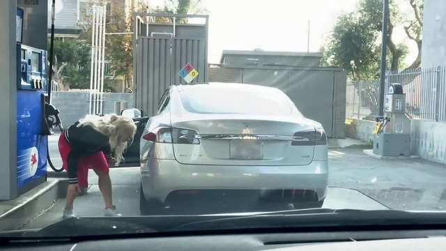 блондинка и Tesla на заправке))... Blonde woman tries to fill up a Tesla Model S with gas