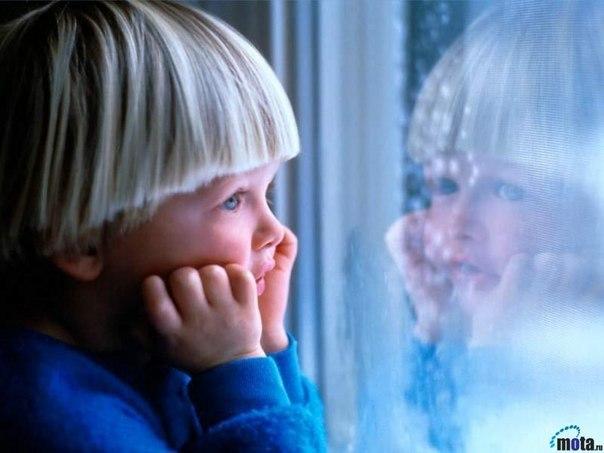 Сыночку. Ты вырастешь, и я не буду знать, С кем ты проводишь дни и даже ночи, Но я все так же буду называть Тебя как в детстве – милый мой сыночек. Ты вырастешь…Ты будешь принимать Судьбы удары, думаю, достойно. И зубы стискивать и кулаки сжимать, А я уже не поцелую там, где больно. И если с папой мы не справимся уже. Там кран потек или другие беды, Твой голос в трубке твердо скажет мне: «Мамуль, не трогай ничего – сейчас приеду» Ну а пока – пижамка в облаках, И на ночь про слона и Айболита.…