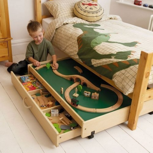 Кровать с местом для игр.