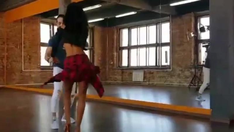 Чино и Диана танцуют сальсу на съёмках сериала Сальса