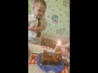 учимся задувать свечку,2 годика