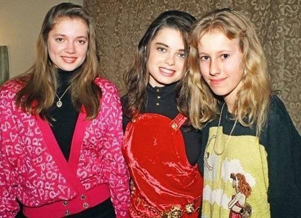 На фото юные Ксенией Собчак и Наташа Королева с сестрой Ириной. 1994 год.