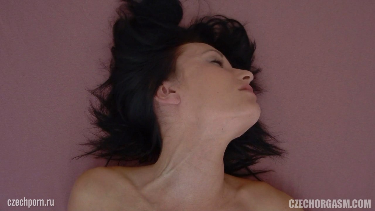 Девушка кончает во время мастурбации