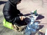 АМЕРИКАНЕЦ снял, как уличный барабанщик ирает на бутылках, виртуоз-Челябинск-мастер. Chelyabinsk Drummer Boy, or why mommy and daddy can save money on a drum set