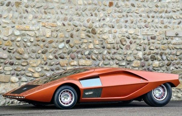 1970 Lancia Stratos Zero Изготовитель: Bertone Класс: концепт-кар Тип кузова: 2-местное купе Двигатель: V4 1584 куб.см (Lancia Fulvia) Мощность: 132 л.с. / 6000 об-мин КПП: МКПП-5 Привод: задний Компоновка: среднемоторная Сухая масса: 710 кг Выпущено: 1 Стоимость постройки: 40 млн. лир ($65,000) Стоимость сегодня: €761.600 Максимальная скорость: 195 км/ч В конце 60-х компания Lancia озаботилась созданием автомобиля специально для участия в раллийных гонках. Создание прототипа нового автомобиля…