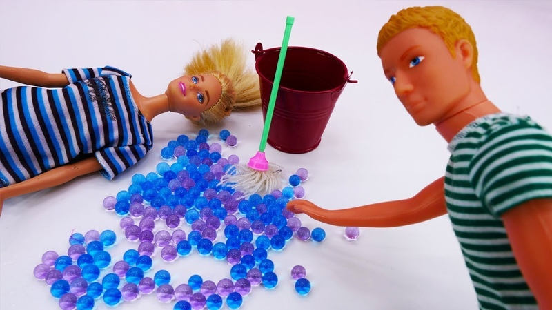 Кен делает уборку в квартире. Игры с куклами Барби