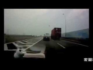 Когда транспортировочный контейнер падает на крышу автомобиля