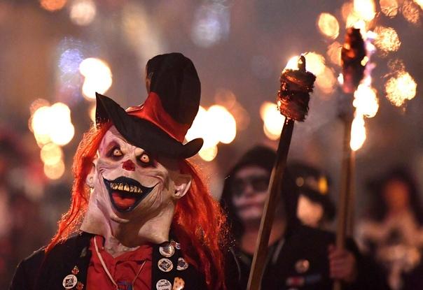 В ночь на 5 ноября в Великобритании проходит традиционное ежегодное празднование — Ночь Гая Фокса или Ночь костров. В пятую ночь после Хэллоуина отмечается провал Порохового заговора, когда группа католиков-заговорщиков попыталась взорвать Парламент Велик