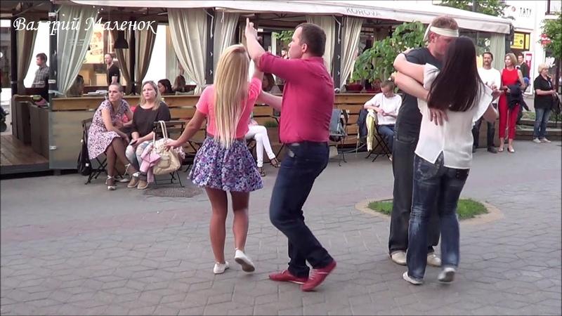 Девушка в розовом танцует латинский танец на улице! Music! Dance!