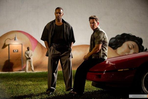 Эдриан и Дэни Луго сидят на авто