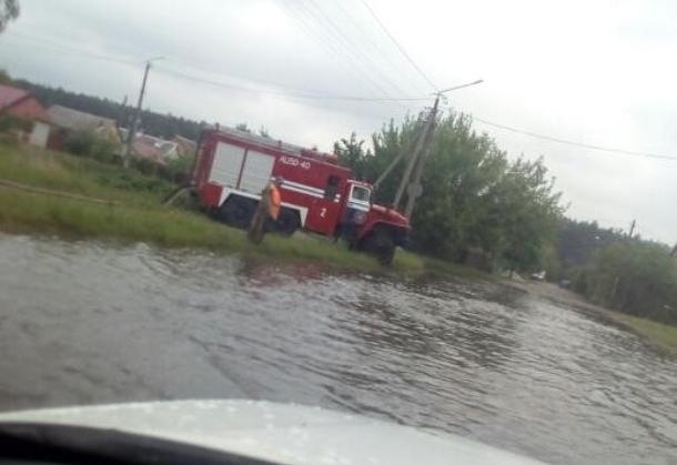 Пинск затопило после ливня, автомобили «плыли» по дороге по днище в воде
