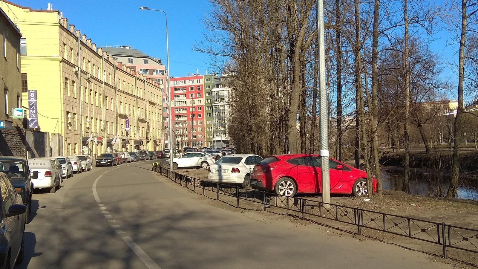 Набережная реки смоленки, СПб. Огородили газоны.