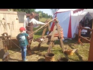 Сын помогает кузнецу уже в третий раз на разных площадках фестиваля
